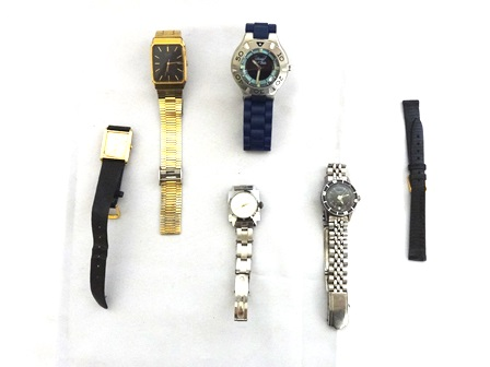 1613a647743 a) Cinco relógios de pulso sendo 2 masculinos e 3 femin