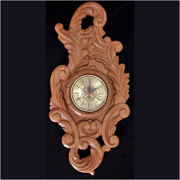 ee34b3612052 Relógio de Parede em Madeira Cerejeira com Rico Entalhe