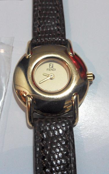 27698e7496d Relógio feminino FENDI dourado com pulseira em couro de cobra nº série  008336