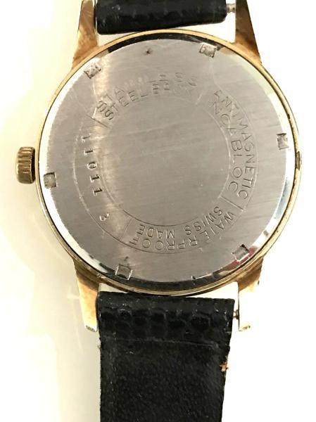 a67df98a692 Antigo relógio feminino suíço - marca  SKF. Pulseira em couro no tom preto.