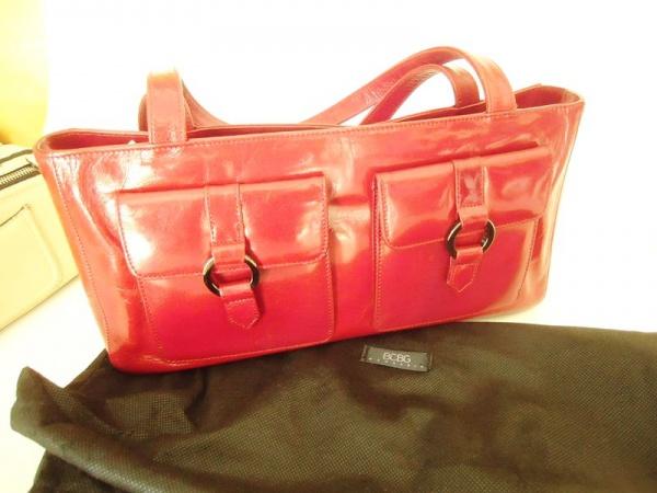 Bolsa em couro tipo verniz vermelha marca Bcbg Maxazria. Medida 37 cm de . 762e5a2fa24