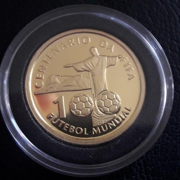 01 - Moeda de OURO do Brasil COMEMORATIVA DA FIFA 20 Reais ano de 2004. Peça muito escassa Peso 8gr.