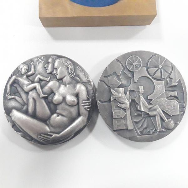 9a - Medalha Pesando 1 quilo de PRATA do Artista Kauko Räsänen, peça NUMERADA, estojo de madeira. Peça composta por duas medalhas que se encaixam perfeitamente. Extremamente linda e IMPONENTE.