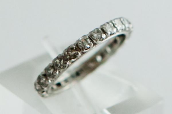 9b7986ede97e6 aliança de brilhantes em ouro branco 18K com 23 diamantes de 3,5 pontos cada.  Peso de 3 gr. Aro 16,5.