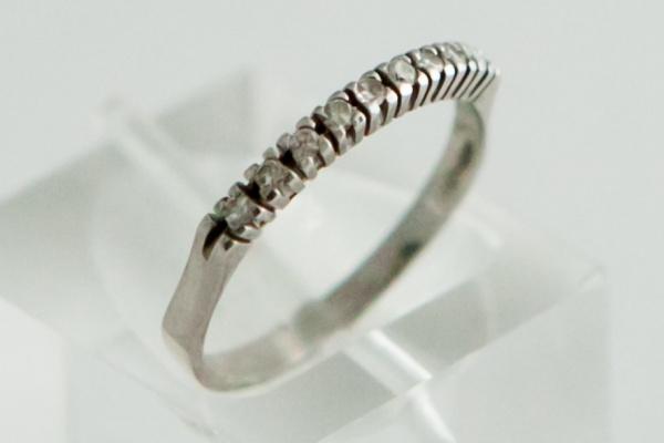 369e468c0b723 Anel meia aliança em ouro branco 18K e nove diamantes de 1 ponto. Peso de 1,6  gr. Aro 17,5.