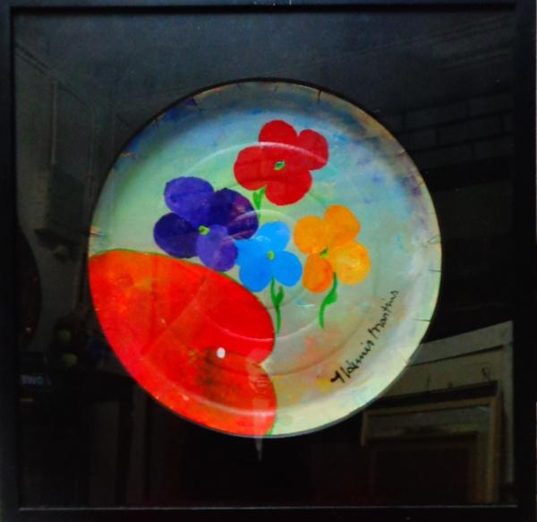FC000, ALDEMIR MARTINS, acrílica sobre forma de pizza, representando flores, medindo 38 cm de diâmetro. Acompanha documentação do Estúdio Aldemir Martins.