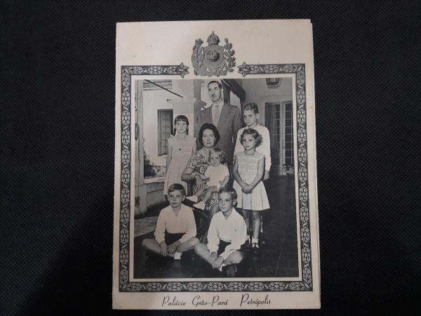 Cartão de natal com foto da Família Imperial datado de 1937/38 escrito e assinado de próprio punho por D. Pedro. Excelente estado de conservação. Capa do nosso catálogo.