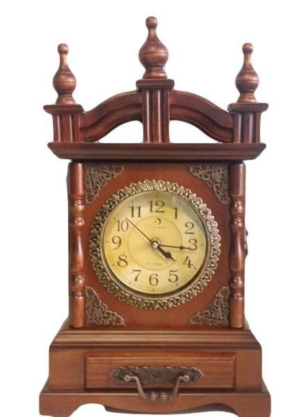 f4e055d0772 Espetacular relógio de mesa em madeira nobre belamente torneada e detalhes  em .