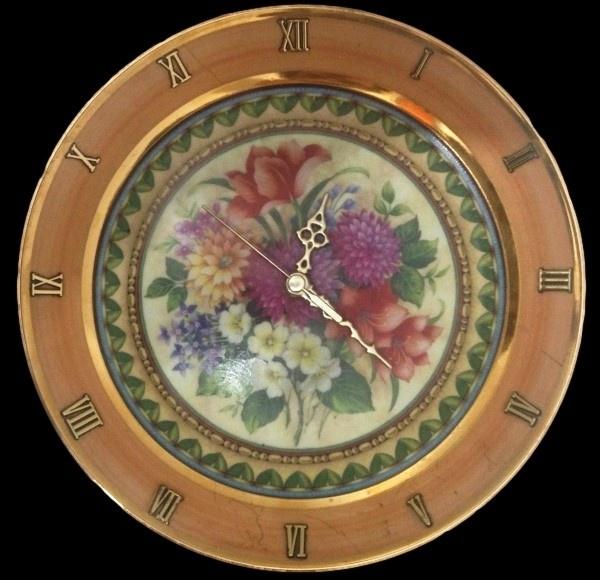 c44bec31f27 Fascinante este prato decorativo relógio em porcelana policromada pintada a  mão .
