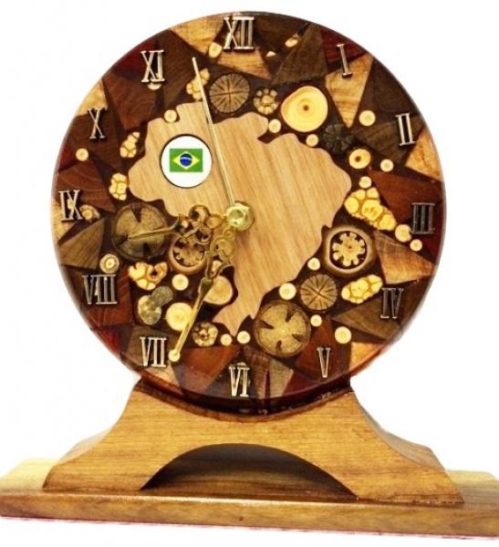 4b40e53e7d0 Relógio criado a partir de madeiras maciças nobres algumas importadas em .