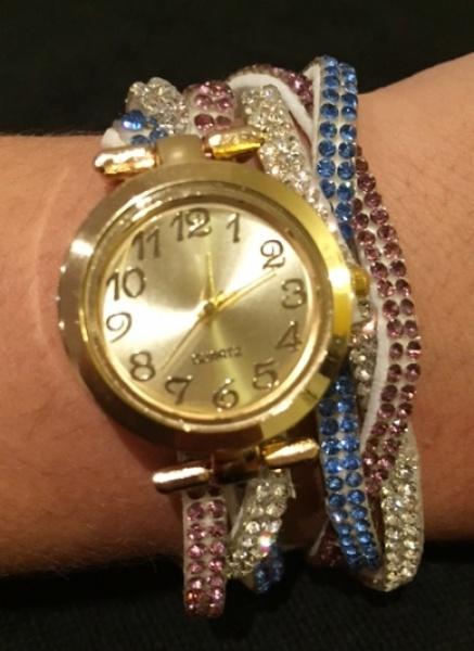 9ef72ee3384 Diferente e belo relógio feminino em bela caixa dourada com pulseira couro  e strass 42 cm três tranças com pedras que permite duas voltas formando belo  ...