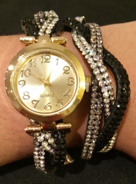 ede66dc1e66 Diferente e belo relógio feminino em bela caixa dourada