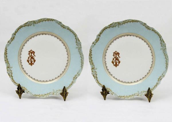 d7bb0d2408e Belíssimo par de pratos rasos com borda na tonalidade azul turquesa  rematada em ouro e relevos.