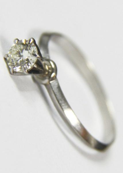8a7e60d4b07 Belo anel solitário de brilhantes com garra em ouro branco. 0