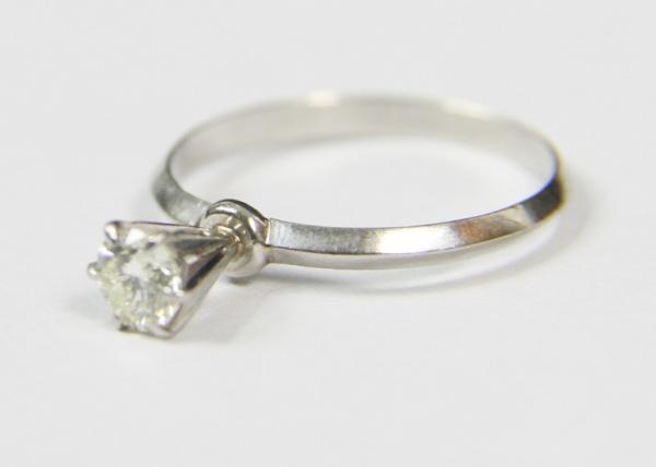 4583a554ffe Elegante anel solitário de brilhante montado em garra de ouro branco. Brilhante  de excelente qualidade! 0