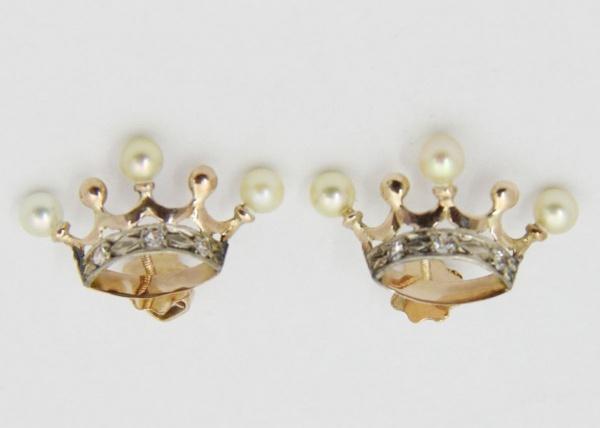 6d159d5c7f6 Delicados brincos em feitio de coroa de Visconde. Pérolas nas extremidades  cravejados com brilhantes. Brasil