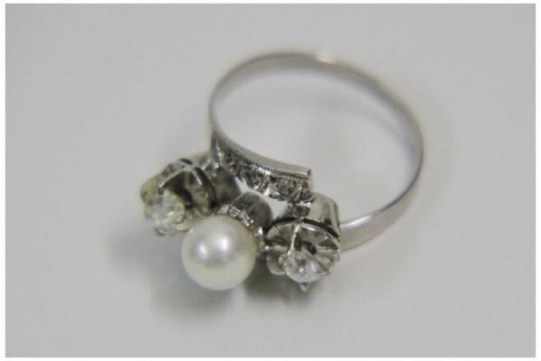 fa52ea76beb Belissimo anel em ouro branco teor 18k com pérola central alada por dois  brilhantes com lapidação Brasil sendo um com aproximadamente 0