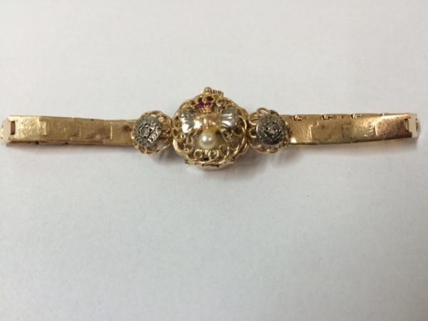 d2d6c23e206 Delicado relógio em ouro 18k com pérolas e brilhantes. Mostrador recoberto  por tampa fenestrada com abelha relevada construída a partir de pérola a guisa  de ...