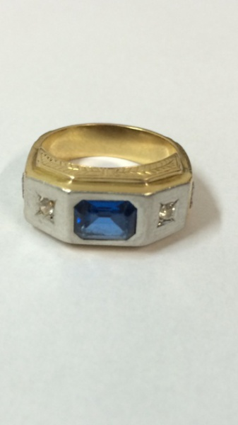 3c8bf8c209a Belo anel de formatura em ouro teor 18k com safira azul alada por dois .