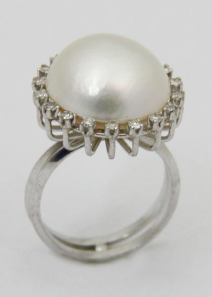 6a54418d33c Belo anel em ouro com grande pérola barroca de excelente qualidade  emoldurada por brilhantes. 7