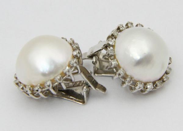 a69f753df60 Par de brincos em ouro branco com pérolas barrocas circundados por  brilhantes. 13