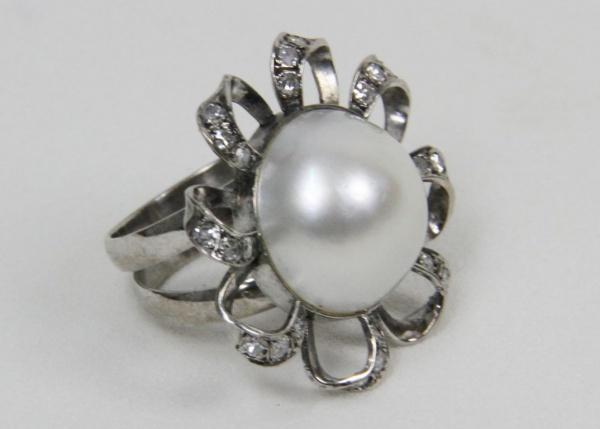 3708d0fc137 Grande anel em ouro branco e pérola mabe cravejado com brilhantes.  Magnífico anel com feitio de flor. 12 g