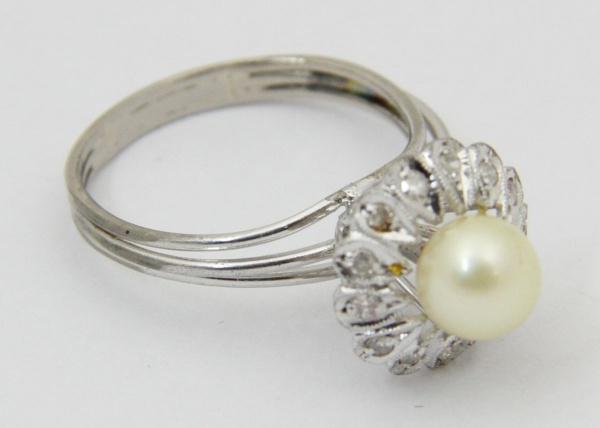 222ecefa36a Elegante anel em ouro branco com pérola emoldurada por brilhantes. 3
