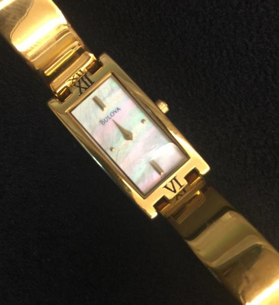 2fd7560fe38 BULOVA - lindo relógio feminino com pulseira dourada e quadrante em madre .