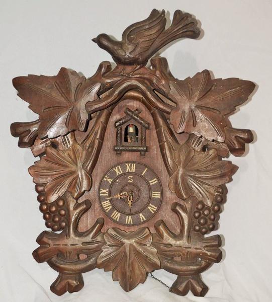 c2e9c847b78 Antigo relógio Cuco em madeira nobre. Med.  50 X 43 cm. Necessitando de  revisão. Não foi testado. Vendido no estado. Sem garantia. NÃO DEIXE DE LER  .