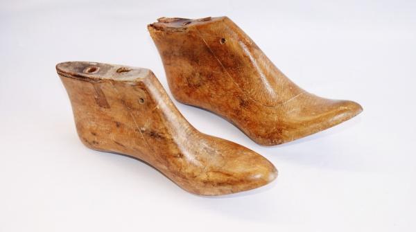 1ed4532c0 Par de antigas formas em madeira de sapatos femininos.