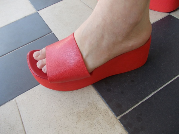 9b84f28ba4 Tamanco vermelho Anabela customizado Tam 37 em plástico duro
