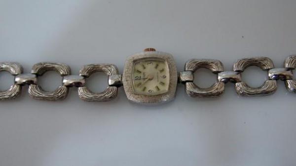 9fc531c3db6 Antigo Relógio de Corda Suíço Feminino Com Pulseira em Relevo Cromada em  quadrados