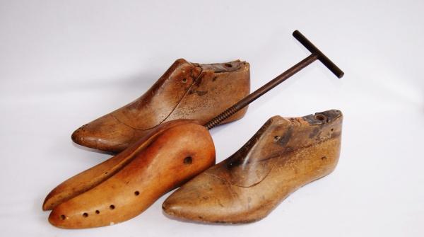 4d9a84f20 Antigo alargador de sapatos de madeira e duas formas de sapatos femininos  de madeira. Peças de coleção com o alargador de sapatos funcionando.