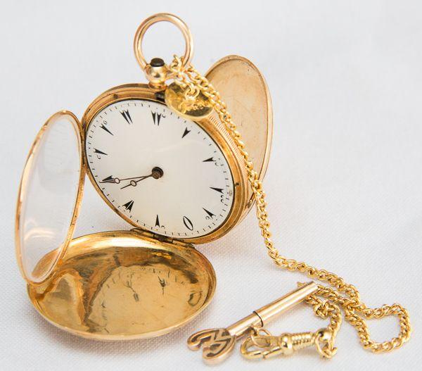 0857830cdaa Relógio em ouro. Numerados das horas em árabe. Courvoisier. Chave para  corta