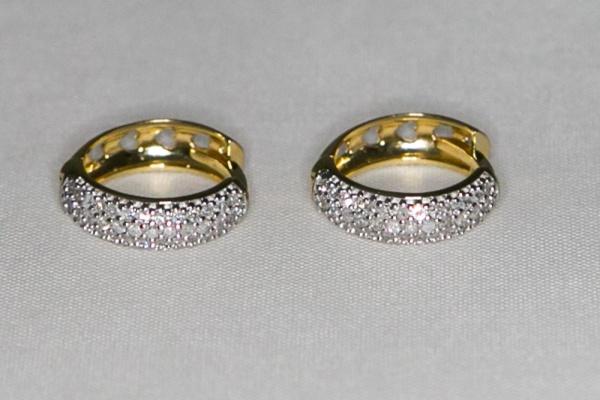 52cb420d8a05f Brinco argola de ouro 18 k com 76 diamantes no par e detalhe em ródio. Peso  de 3,30 gr. Diâmetro de 1,4 cm.