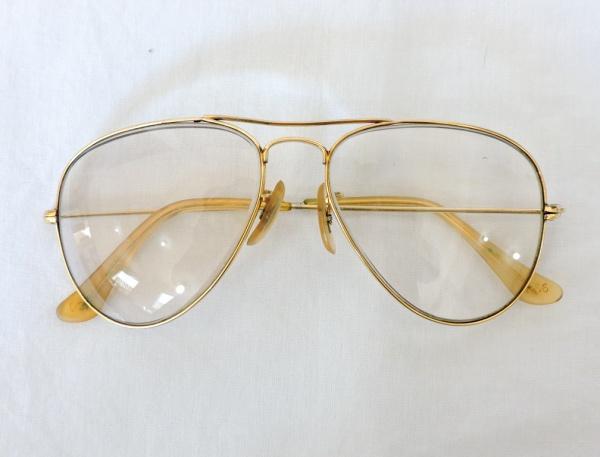 fc140a8a2 Antigo óculos da marca `Ray Ban` com armação banhada a ouro, lentes possuem  grau.