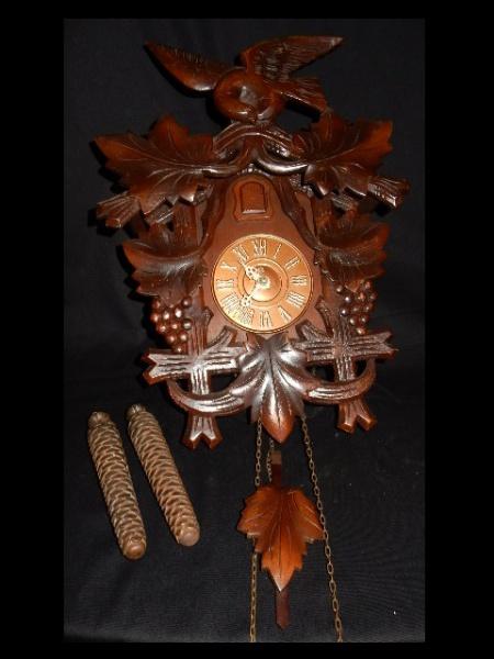 7fd346a0793 Antigo e clássico Relógio Cuco manufatura H com caixa finamente executada  em madeira nobre ricamente decorada com maquinário Funcionando mede 44 cm  de ...