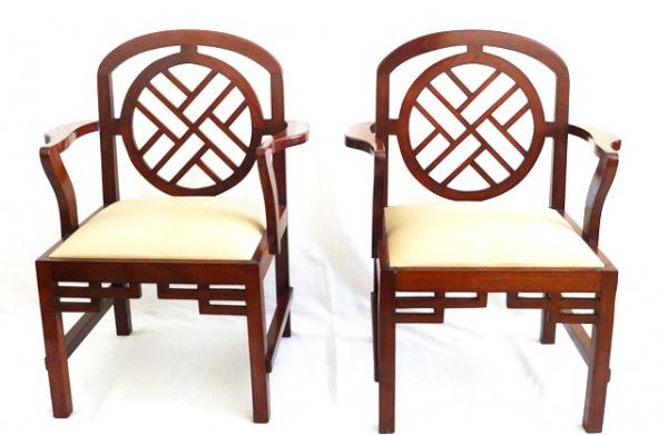 078004b7bb2 Par de cadeiras de braço em mogno com influência oriental. Encosto vazado  com mandala central e elementos geométricos. Braços virados para dentro.