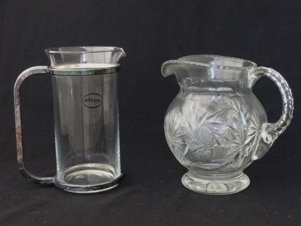 d696bc775f7 a) Elegante jarra para água em cristal da Bohêmia. Lapidado com flores  estilizadas e elementos geométricos. Borda e alça facetadas. Alt.  20 cm.  b) .