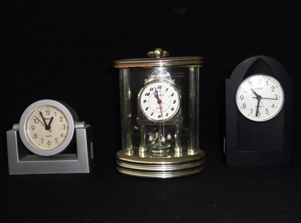 22a58cc572a Três relógios despertador Quartz marca YIN´S e HUABA
