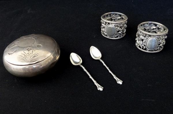 5225d8ae6e6 a) Antiga caixa redonda em prata. Tampa cinzelada com libélula