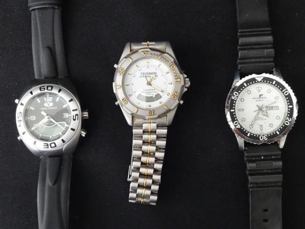 61a3c5894a8 Três relógio de pulso masculino sendo