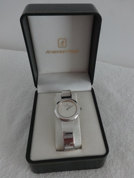 2b07b2004d1 Relógio feminino de pulso em aço da marca