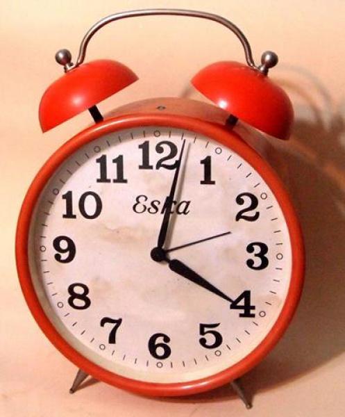 3ba3613a626 Relógio Eska de mesa parede laranja medindo 20 cm de diâmetro x 27
