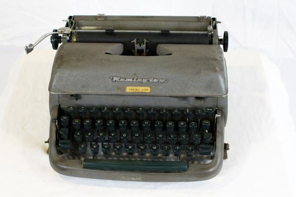 a8ff8ab01 Maquina de escrever Remington, modelo Miracle tab. Marcas de uso.