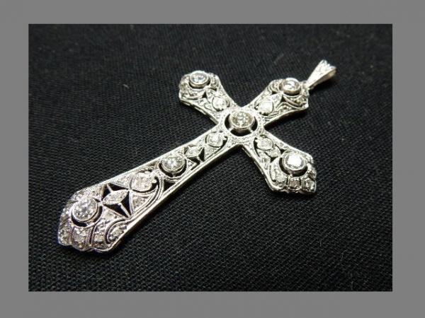 8e1c02c4a4b Excepcional crucifixo em platina com majestosa incrustação de Diamantes  sendo o .