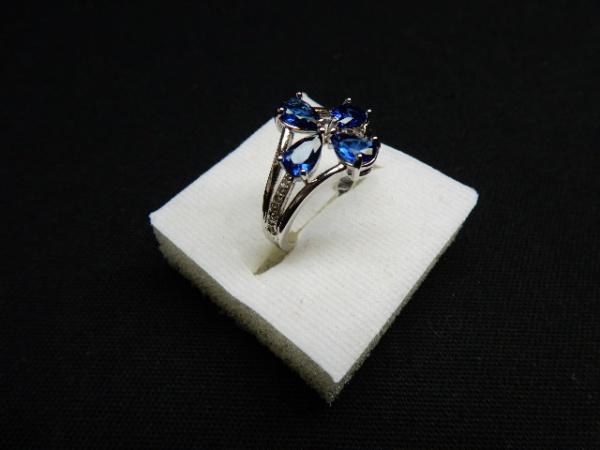 4f5f8e88de1 Elegante anel em ouro branco 14 k com lindas safiras de excelente qualidade  e .