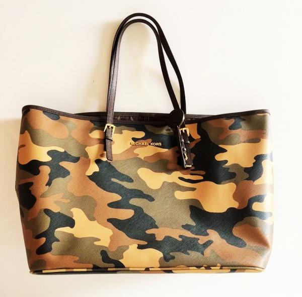 e030b7f23 MICHAEL KORS - Bolsa em material sintético, com estampa camuflada.  Ferragens no tom dourado, com marca do estilista. Na embalagem original -  forrada.