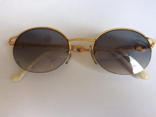 Lindo óculos para sol da marca Balenciaga. Armação em dourado e madre  pérola. 15dd3263e02