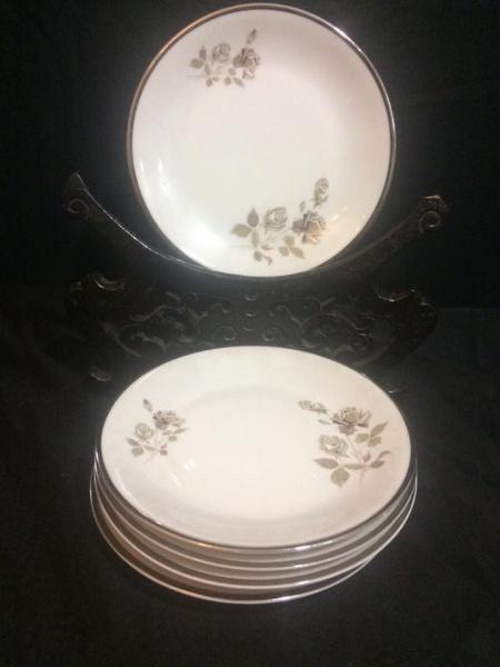 Belíssimo conjunto com seis pratos para pão em porcelana nacional Renner 97a3e8e5ee1
